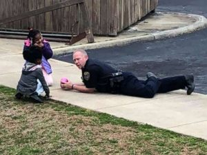 Virginia cop playing with kids, a great way to de-escalate a situation
